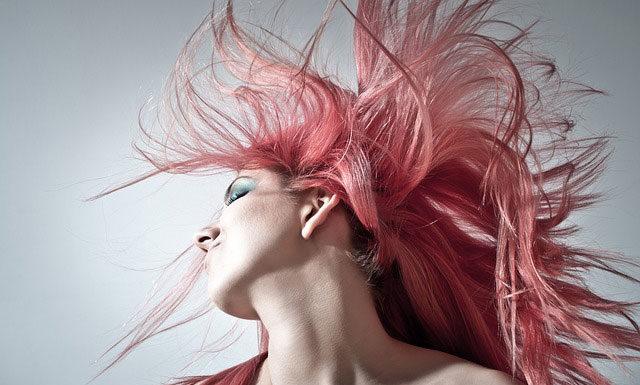 Fantazyjne i romantyczne fryzury - jak się nauczyć je wykonywać?