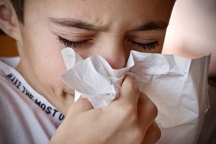 Łapie Cię przeziębienie – kaszel i katar dają Ci się we znaki? Zobacz, jakie leki przyniosą Ci ulgę!