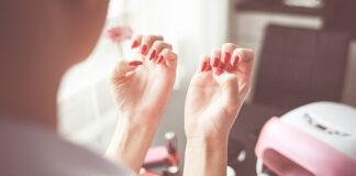 Czego potrzebuje profesjonalna stylistka paznokci do pracy
